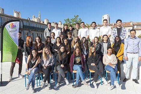 Elèves de première STMG à l'occasion de la photo de classe sur le toit terrasse du Lycée