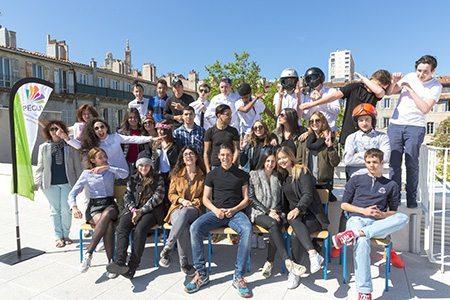 Les élèves de Bac Pro Commerce du Lycée Charles Péguy lors de la photo de classe en avril 2016 sur le nouveau toit terrasse du Lycée