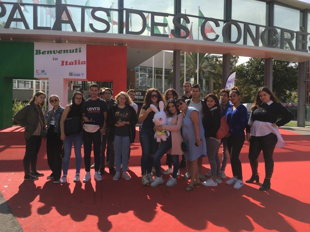 Groupe d'élève devant le Palais des Congrès Marseille
