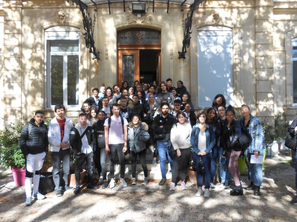 Un groupe de jeunes sur le peron de la bastide de la campagne pastré (délégués de classe)