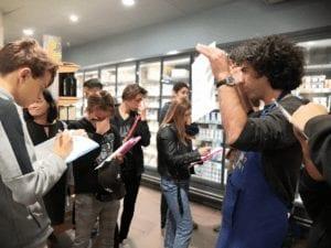 Photo de jeunes en prise de notes dans un magasinlèvesElèvs
