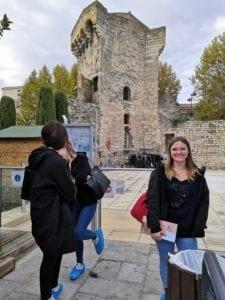 Une jeune femme devant les anciens termes romains d'Aix en ProvenceiafiuN