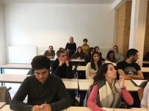 Photo d'étudiants et de deux adultesaints