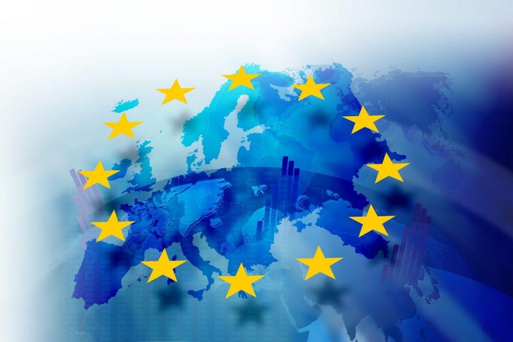 Drapeau européen tenu par la foule